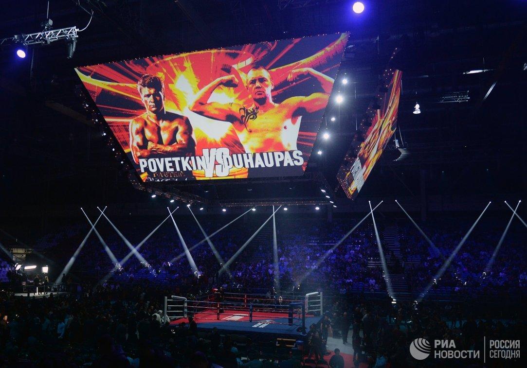 Ринг и информационное табло перед рейтинговым поединком между Александром Поветкиным и Йоаном Дюопа