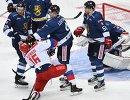 Форвард сборной России Сергей Плотников (слева на первом плане) и хоккеистки сборной Финляндии Микко Лехтонен, Симон Суоранта (слева направо)