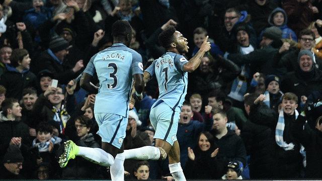 Футболисты Манчестер Сити Бакари Санья и Рахим Стерлинг (слева направо)