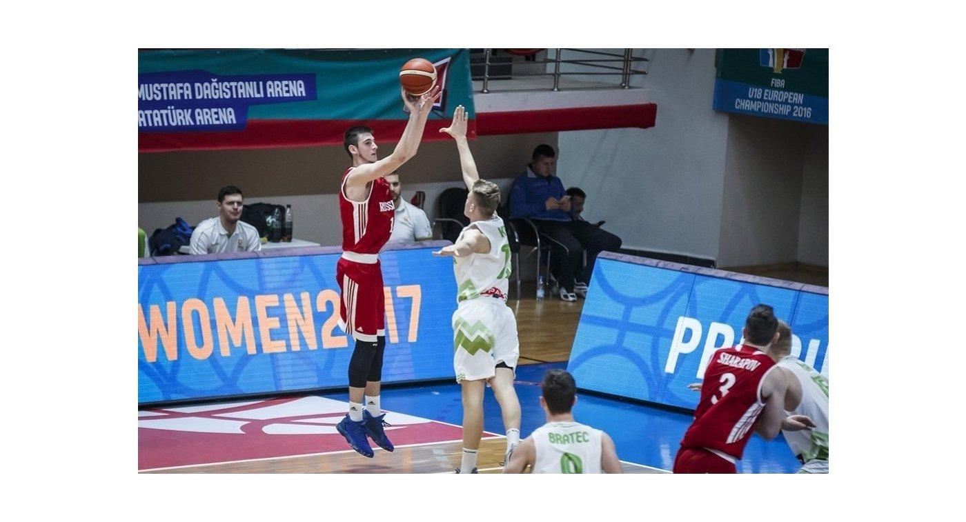 Форвард юношеской сборной России (игроки не старше 18 лет) по баскетболу Агасий Тоноян (слева)