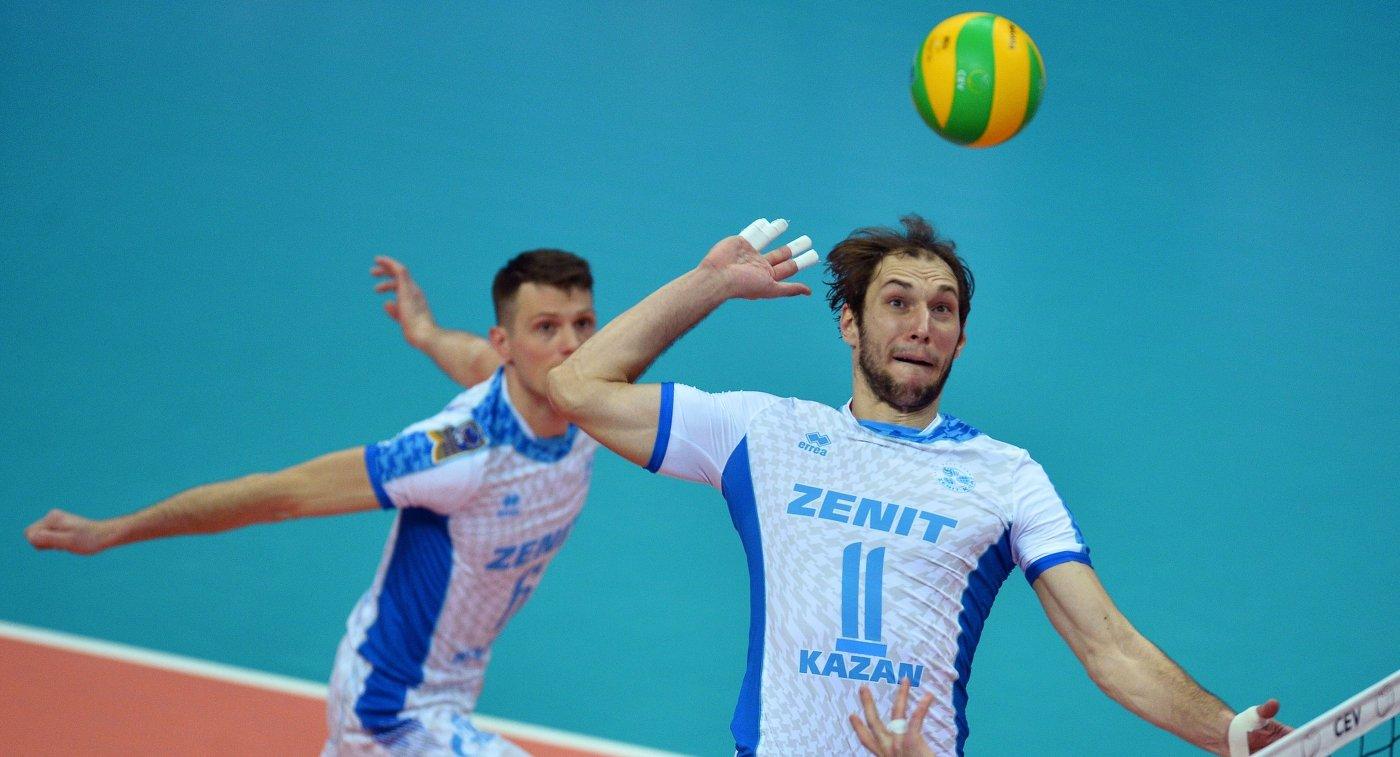 Блокирующий ВК Зенит-Казань Андрей Ащев (справа)