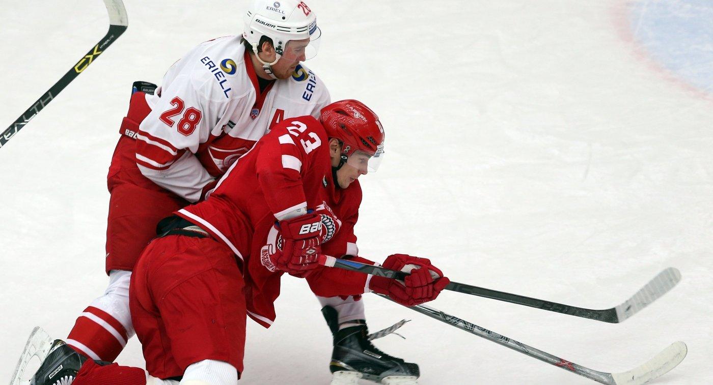 Защитник ХК Спартак Ярослав Дыбленко (слева) и нападающий ХК Витязь Дмитрий Шитиков