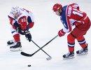 Нападающие ХК ЦСКА Сергей Андронов (справа) и ХК Локомотив Даниил Апальков