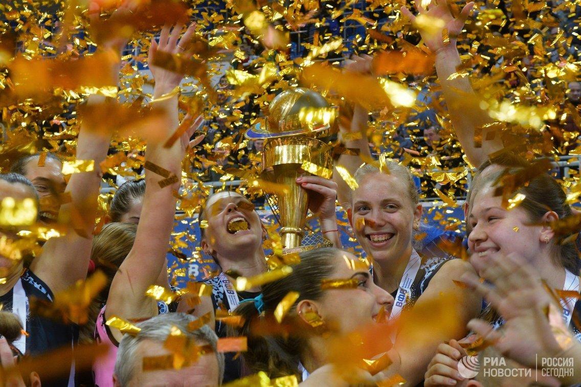 Волейболистки Динамо-Казань во время церемонии награждения после финального матча Кубка России
