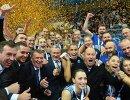 Волейболистки и тренерский состав Динамо-Казань во время церемонии награждения после финального матча Кубка России