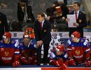 Главный тренер молодежной сборной по хоккею России Валерий Брагин (в центре)