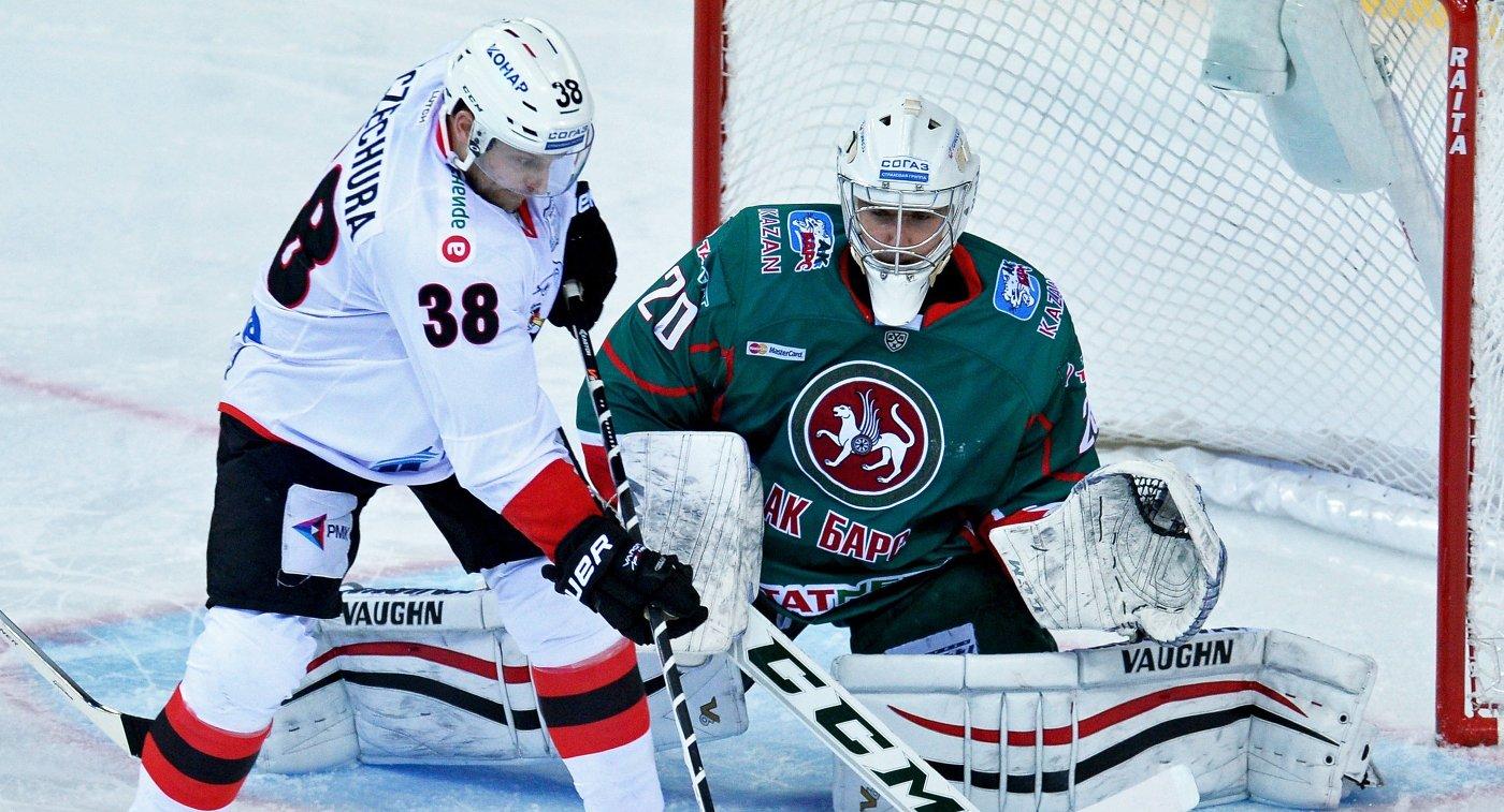 Вратарь ХК Ак Барс Станислав Галимов (справа) и нападающий ХК Трактор Пол Щехура