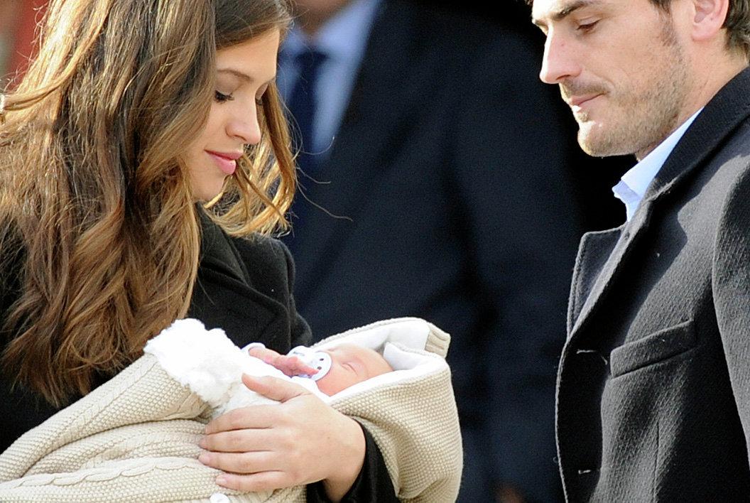 Икер Касильяс и Сара Карбонеро со своим новорожденным сыном Мартином