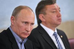 Президент России Владимир Путин (на первом плане) и генеральный директор школы Самбо-70 Ренат Лайшев