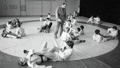 Основатель школы Самбо-70 Давид Рудман (в центре) проводит тренировку с юными самбистами (архив, 1986 год)