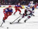 Форвард молодежной сборной России Данил Юртайкин и защитник молодежной сборной США Калеб Джонс (слева направо на первом плане)