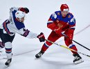 Нападающий сборной России Кирилл Капризов и защитник сборной США Калеб Джонс (слева)