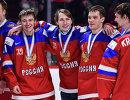 Российские хоккеисты после победы в матче за бронзовые медали молодежного чемпионата мира
