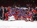 Хоккеисты молодежной сборной России и тренерский штаб на церемонии награждения после окончания матча за 3-е место