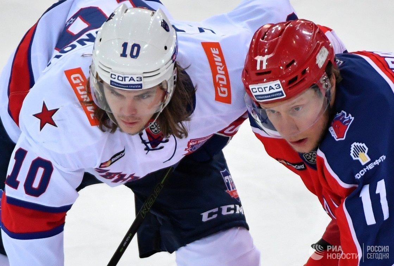 Игрок ЦСКА Сергей Андронов (справа) и игрок СКА Виктор Тихонов