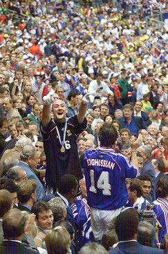 Вратарь сборной Франции по футболу Фабьен Бартез (слева) после победы на ЧМ-1998