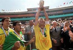 Капитан сборной Бразилии по футболу Дунга с кубком чемпиона мира 1994 года
