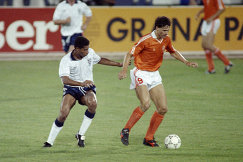 Форвард сборной Нидерландов Марко ван Бастен (справа) (1990 год, архив)