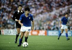 Нападающий сборной Италии Паоло Росси (на первом плане) (архив, 1982 год)