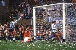 Игровой момент финального матча чемпионата мира по футболу 1978 года между сборными Аргентины и Нидерландов