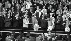 Королева Англии Елизавета II вручает приз VIII первенства мира по футболу Кубок Золотая богиня капитану английской сборной Роберту Муру