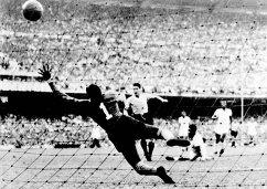 Игровой момент финального матча чемпионата мира по футболу 1950 года между сборными Уругвая и Бразилии