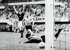 Венгерский нападающий Шандор Кочиш празднует забитый гол в ворота сборной Уругвая во время чемпионата мира 1954 года