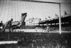 Игровой момент матча чемпионата мира по футболу 1938 года между сборными Венгрии и Уругвая