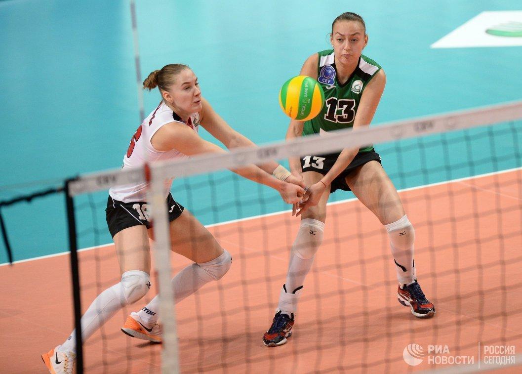 Волейболистки Уралочки-НТМК Екатерина Карполь (слева) и Ксения Парубец