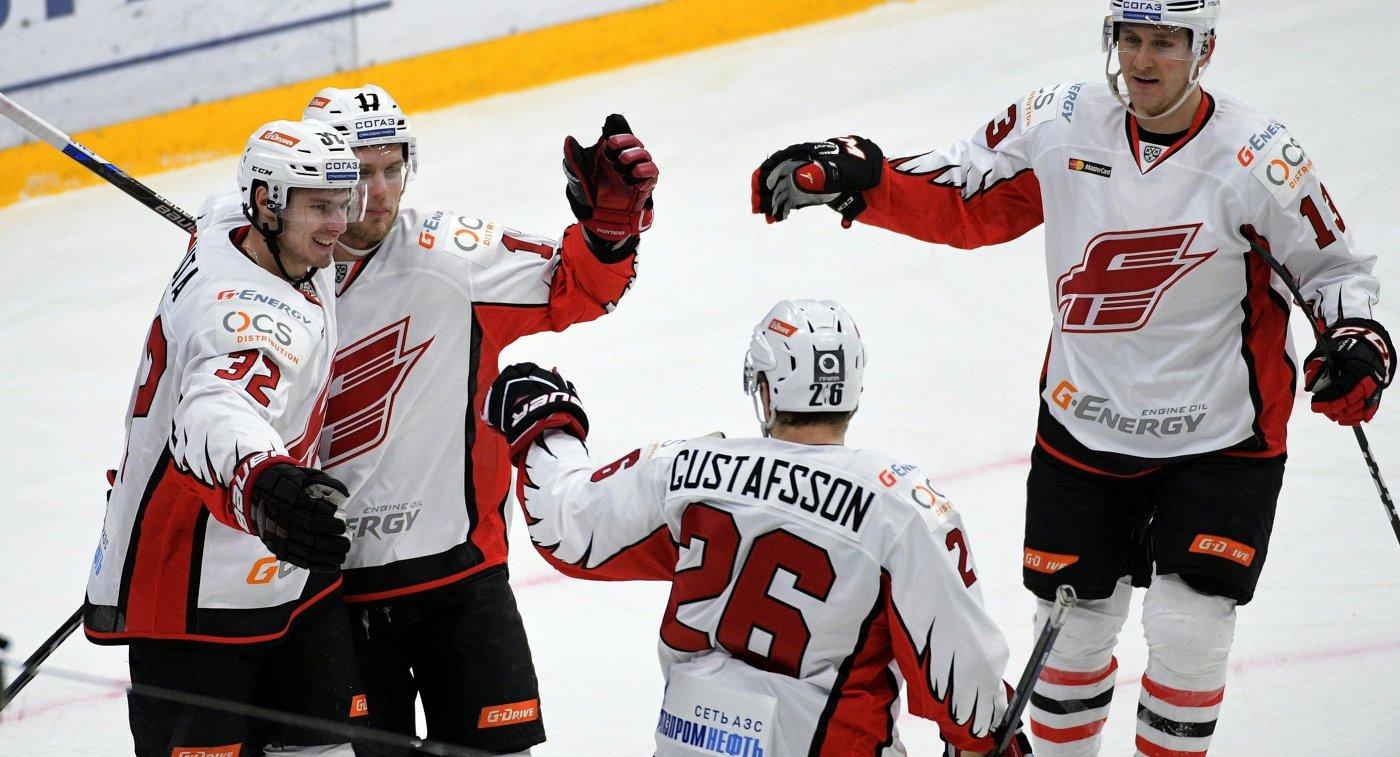 Игроки ХК Авангард Владимир Соботка, Артур Лаута, Эрик Густафссон и Николай Лемтюгов (слева направо)