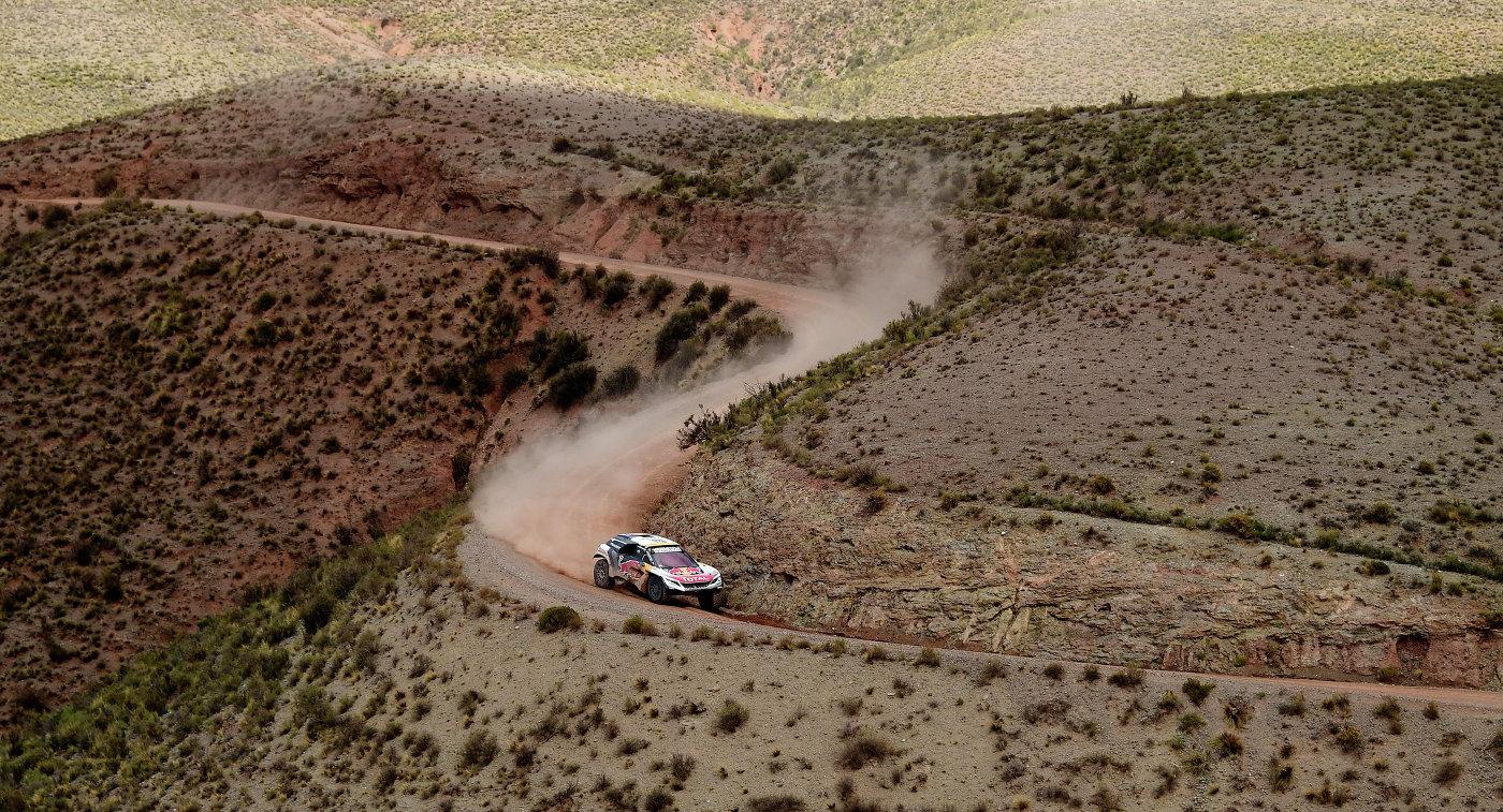 Французский гонщик Стефан Петерансель на автомобиле Peugeot