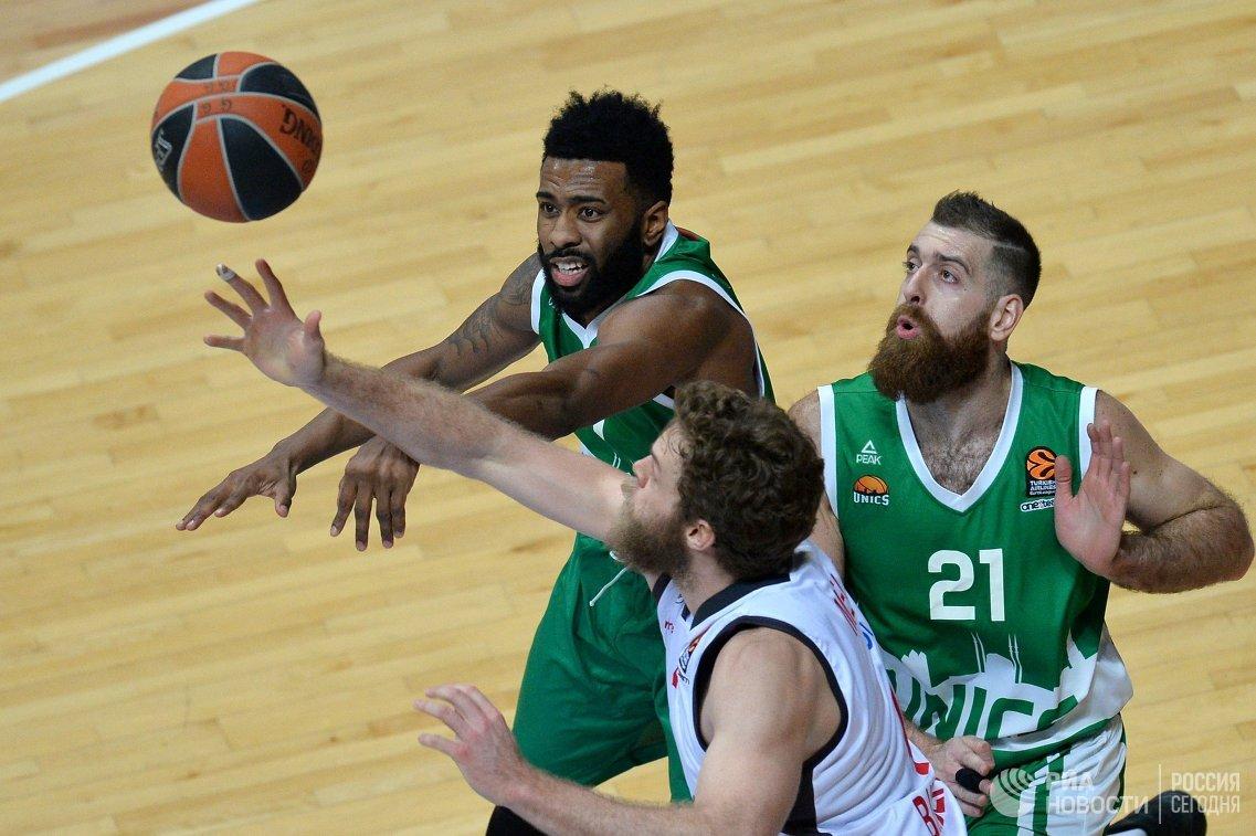 Баскетболисты УНИКСа Кит Лэнгфорд, Костас Каймакоглу и форвард Бамберга Николо Мелли (слева направо)