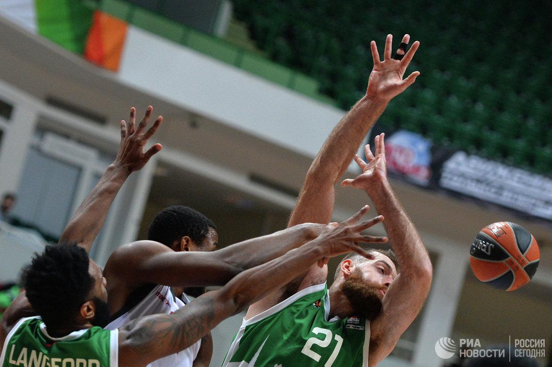 Игровой момент матча УНИКС - Бамберг