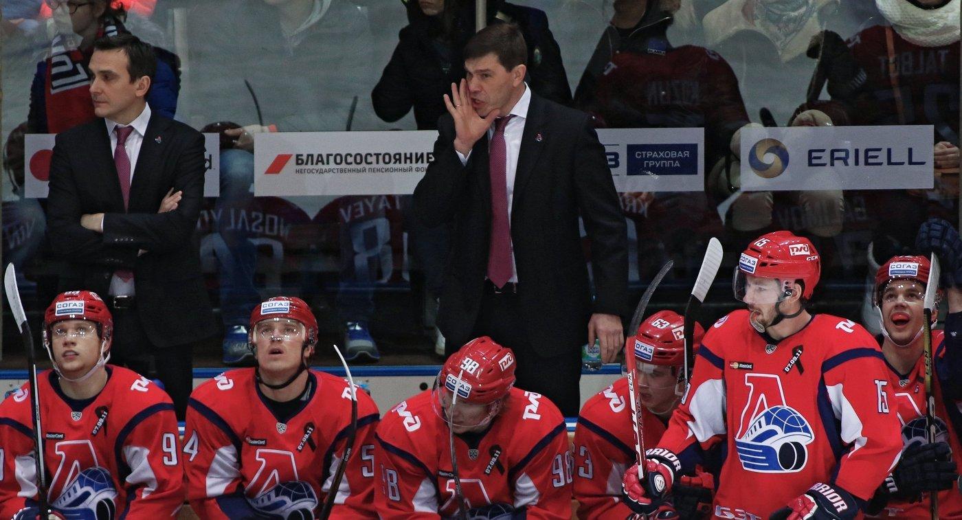 Главный тренер Локомотива Алексей Кудашов (в центре) и хоккеисты клуба