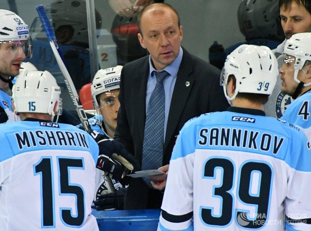 Главный тренер Сибири Андрей Скабелка (в центре)