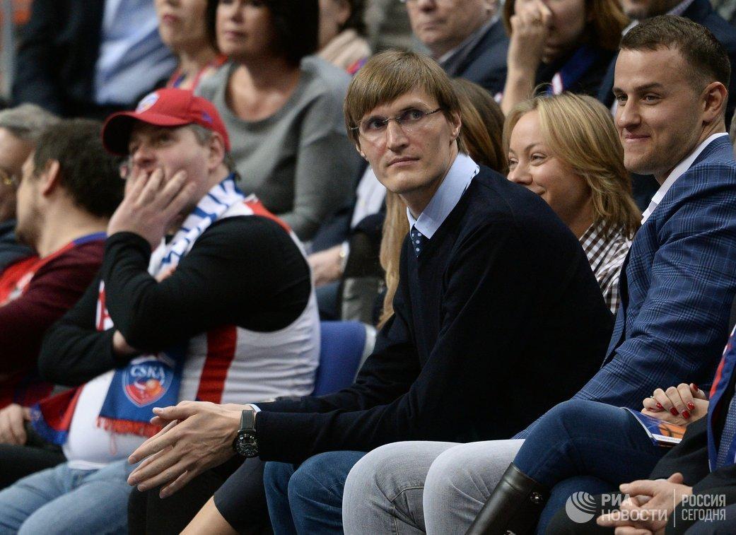 Президент Российской федерации баскетбола (РФБ) Андрей Кириленко (в центре)