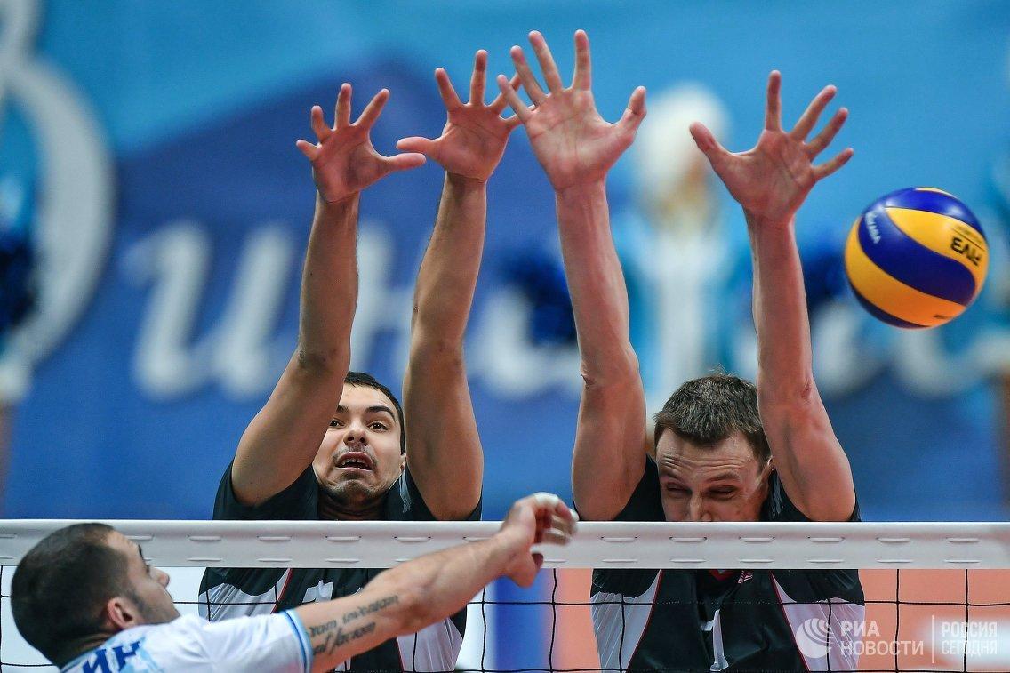 Доигровщик Динамо Александр Маркин, волейболисты Белогорья Роман Порошин и Артём Смоляр (слева направо)
