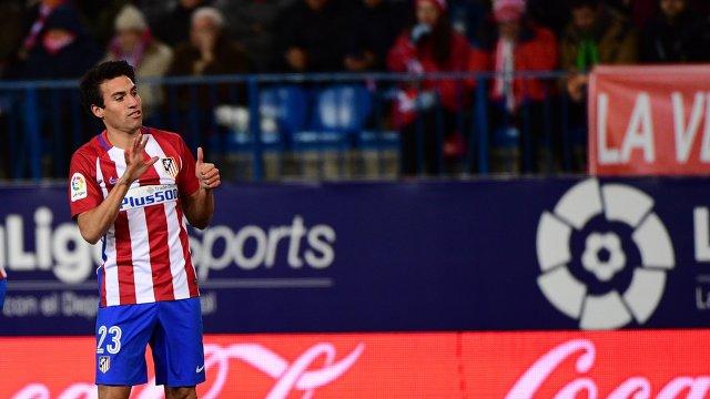 Полузащитник Атлетико Николас Гайтан радуется забитому мячу