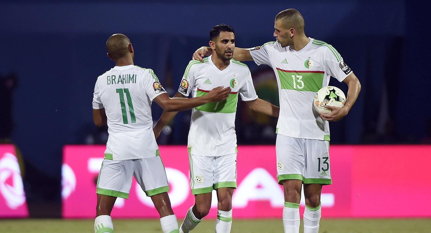 Футболисты сборной Алжира поздравляют с забитым мячом Рияда Мареза (в центре)