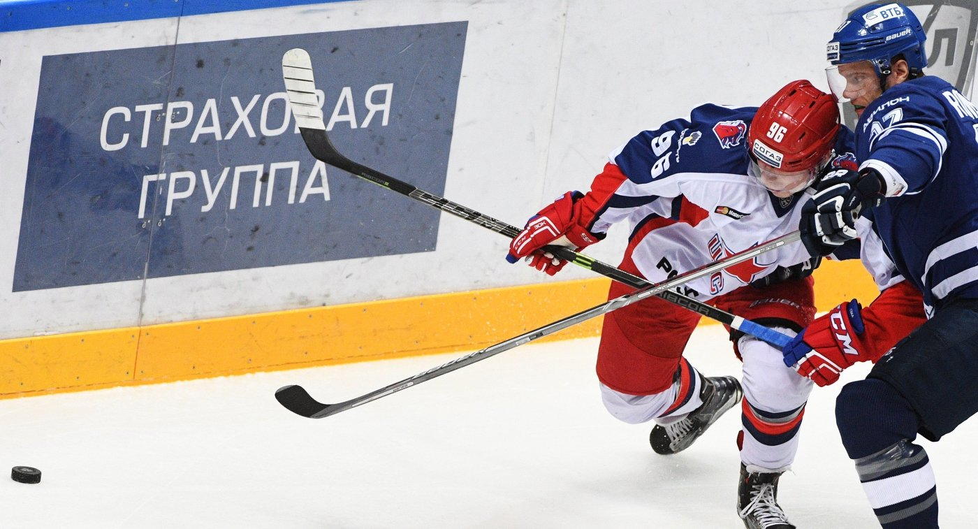 Нападающий ЦСКА Андрей Кузьменко (слева) и защитник Динамо Мэт Робинсон