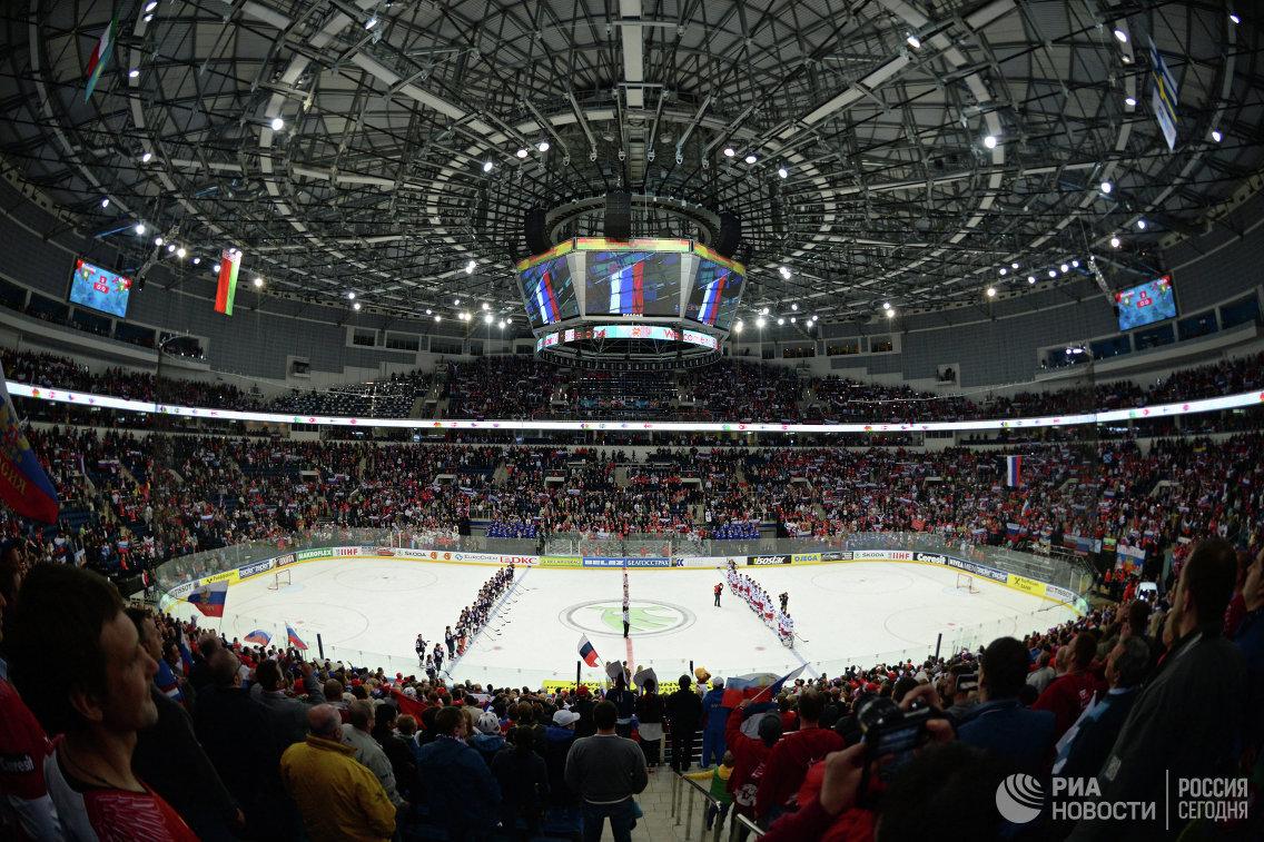 Хоккеисты сборной России и сборной США перед началом матча на Минск-Арене