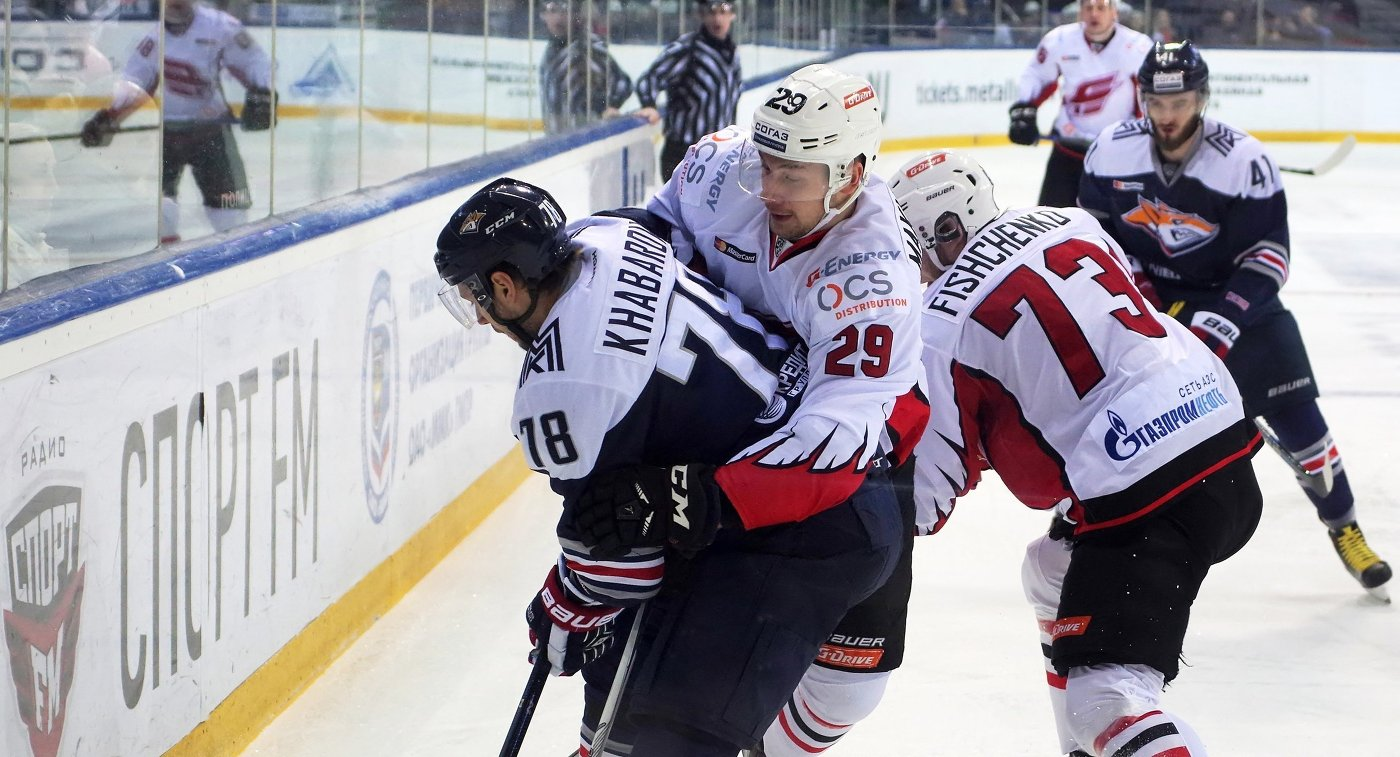 Защитник Металлурга Ярослав Хабаров и нападающие Авангарда Павел Махановский и Иван Фищенко (слева направо)