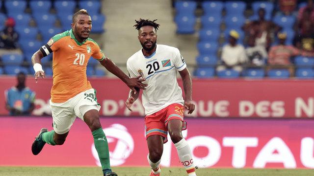 Полузащитник сборная Кот-д'Ивуара Сере Диэ и хавбек сборной ДР Конго Жак Магом (слева направо)