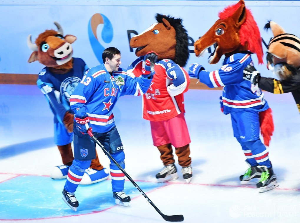 Участник матча Павел Дацюк во время открытия мастер-шоу звезд Континентальной хоккейной лиги