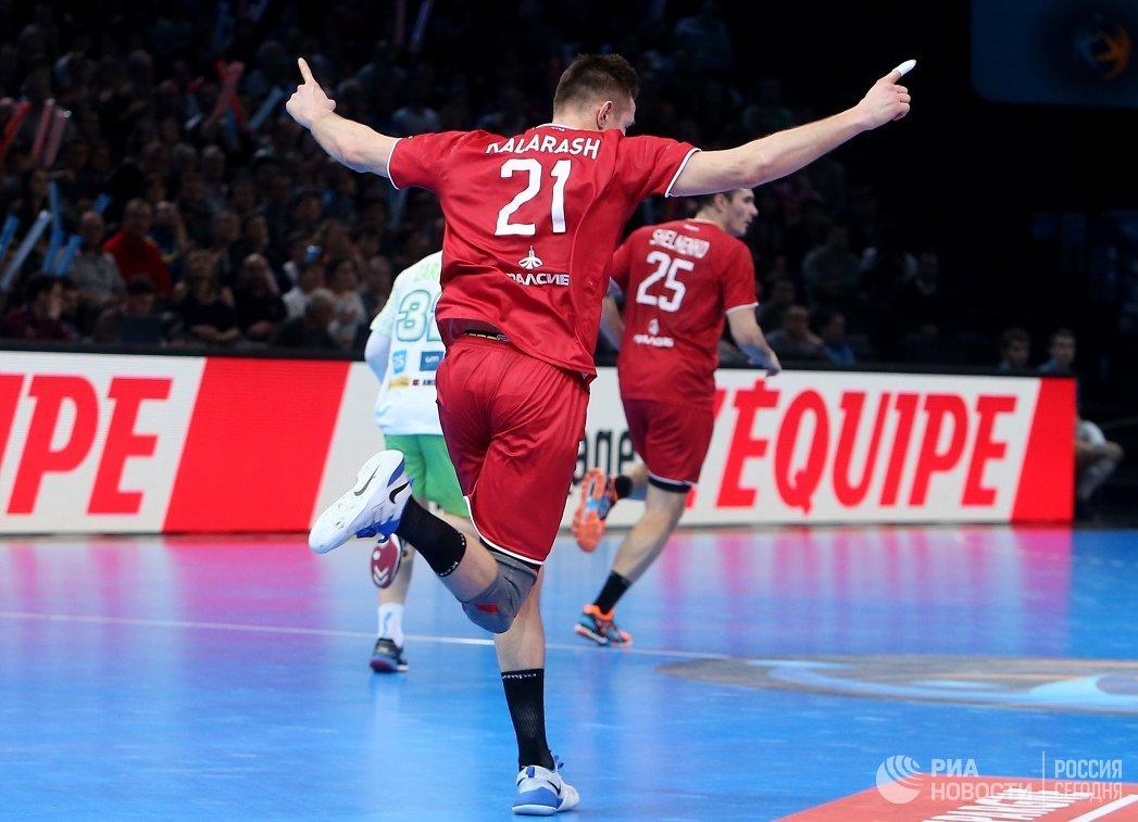 Гандболист сборной России Глеб Калараш радуется забитому мячу