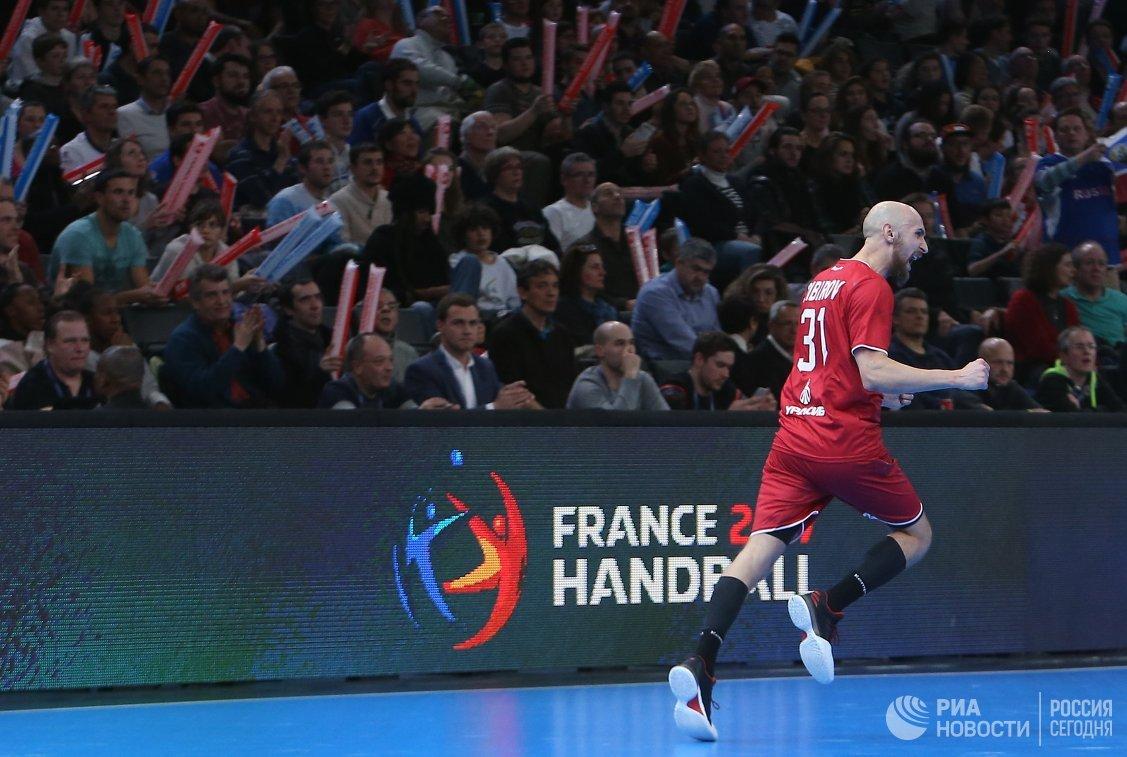 Гандболист сборной России Тимур Дибиров радуется забитому мячу
