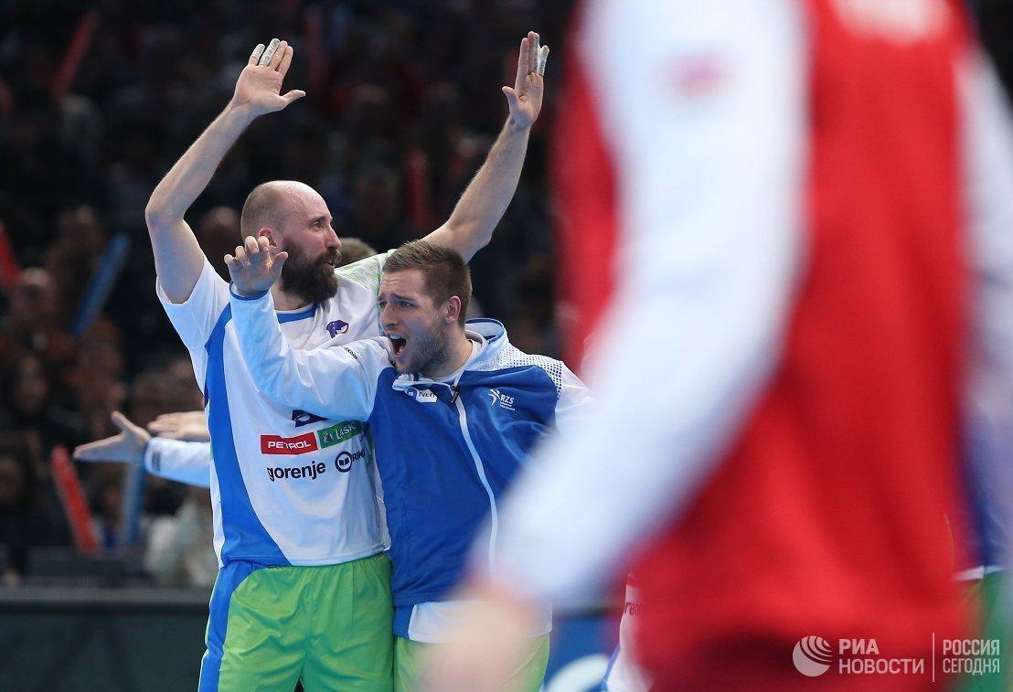 Гандболисты сборной Словении радуются победе