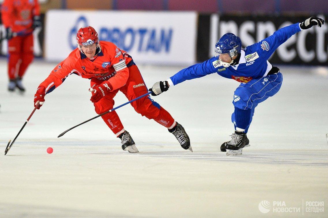 Игроки сборной России по хоккею с мячом Сергей Ломанов (слева) и сборной Финляндии Пекка Хилтунен
