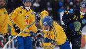Игрок сборной Швеции Андреаст Вест (в центре) и игрок сборной Казахстана Павел Дубовик (справа)