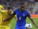 Полузащитник сборной Румынии Адриан Попа (слева) и защитник сборной Франции Патрис Эвра